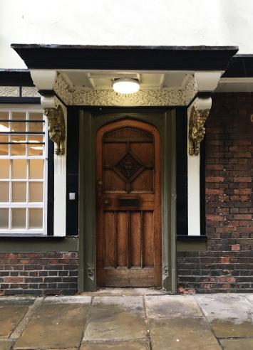 Deze deur zou de inspiratiebron geweest zijn voor de kastdeur van Narnia (kijk ook zeker naar de beeldjes die sprekend lijken op de faun)